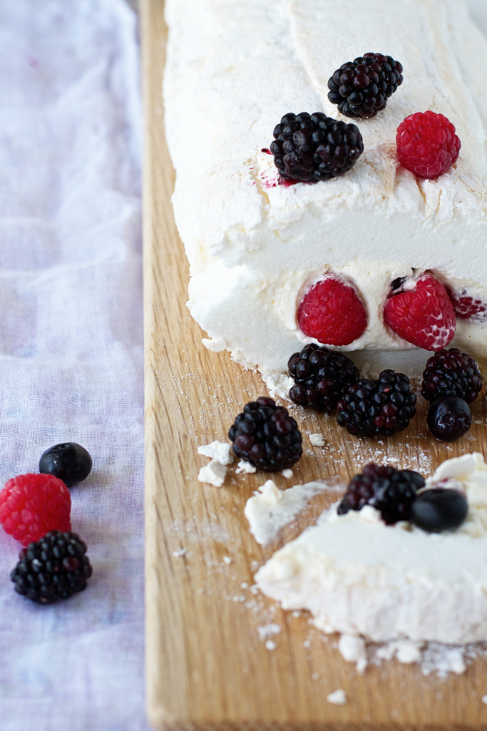 Pavlova roulade with berries